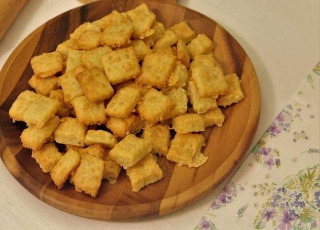 Κρακεράκια τυριού με λίγα υλικά από την Εύα Παρακεντάκη
