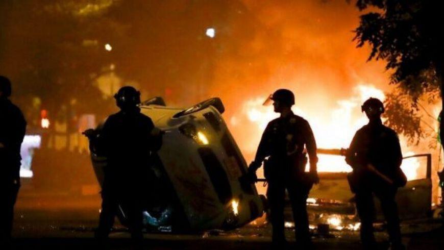 Μαίνεται η οργή στις ΗΠΑ για έκτο 24ωρο-Διαδηλώσεις έξω από τον Λευκό οίκο παρά την απαγόρευση κυκλοφορίας