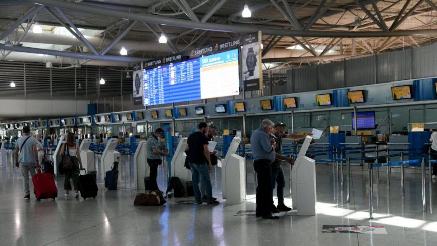 Ταξίδια με αεροπλάνο: Οι 28 σελίδες με τους νέους κανόνες-Εκτός αεροδρομίου οι αποχαιρετισμοί, υποχρεωτικές οι μάσκες