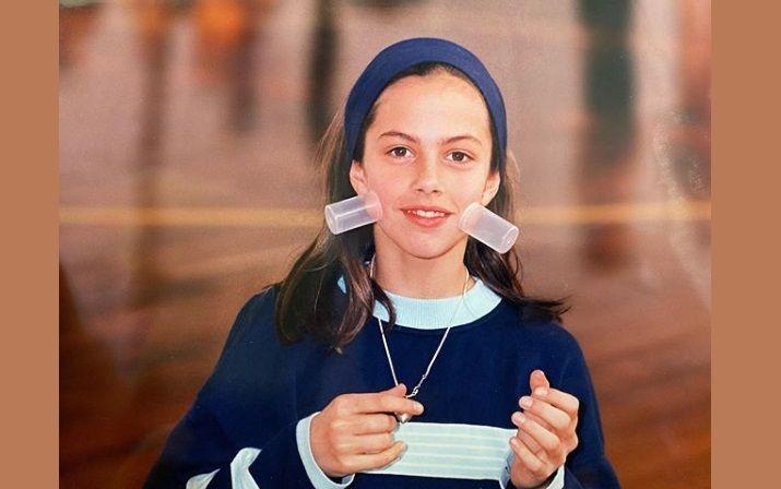 To όμορφο κοριτσάκι της φωτογραφίας είναι σήμερα γνωστή ηθοποιός. Την αναγνωρίζετε;