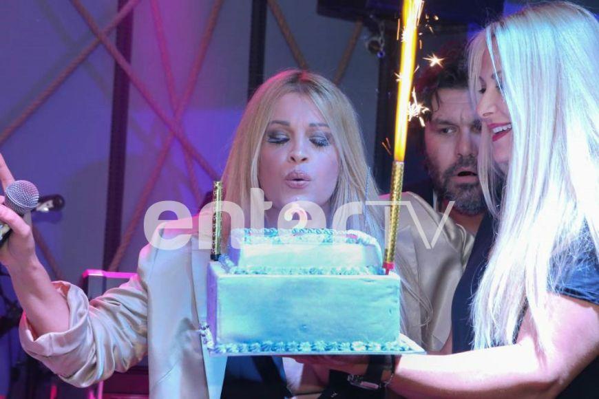 Ως «βασίλισσα» με στέμμα γιόρτασε τα γενέθλιά της η Σαμπρίνα: Η τούρτα-έκπληξη στην πίστα (Photos)