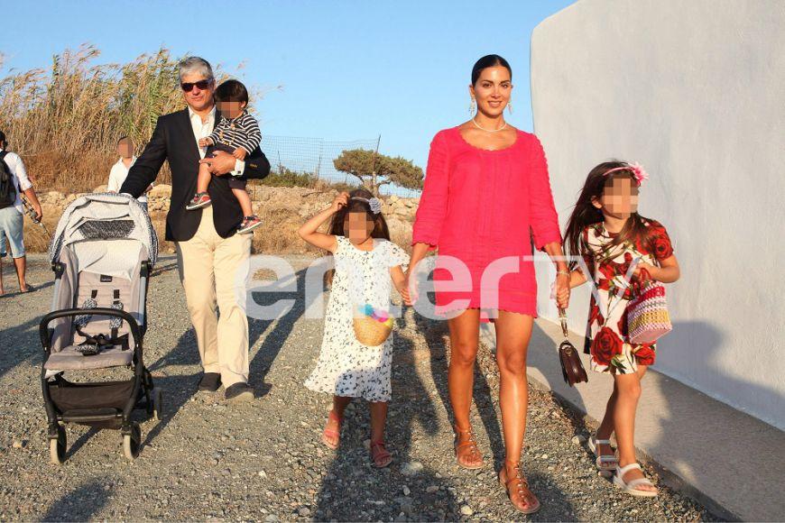Σταματίνα Τσιμτσιλή-Θέμης Σοφός: Με τα τρία παιδιά τους στον γάμο γνωστού ζευγαριού στην Πάρο (Photos)