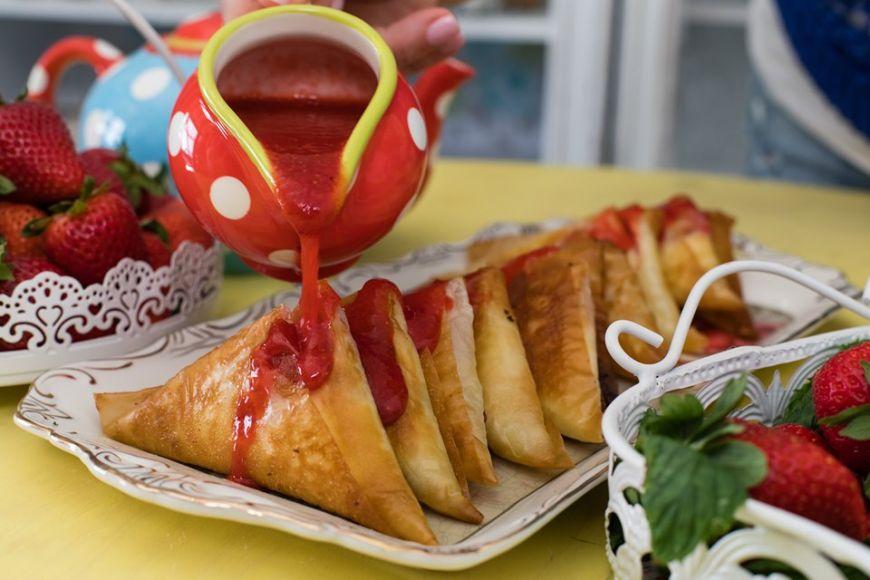 Γλυκά τυροπιτάκια με σάλτσα φράουλας από την Εύα Παρακεντάκη