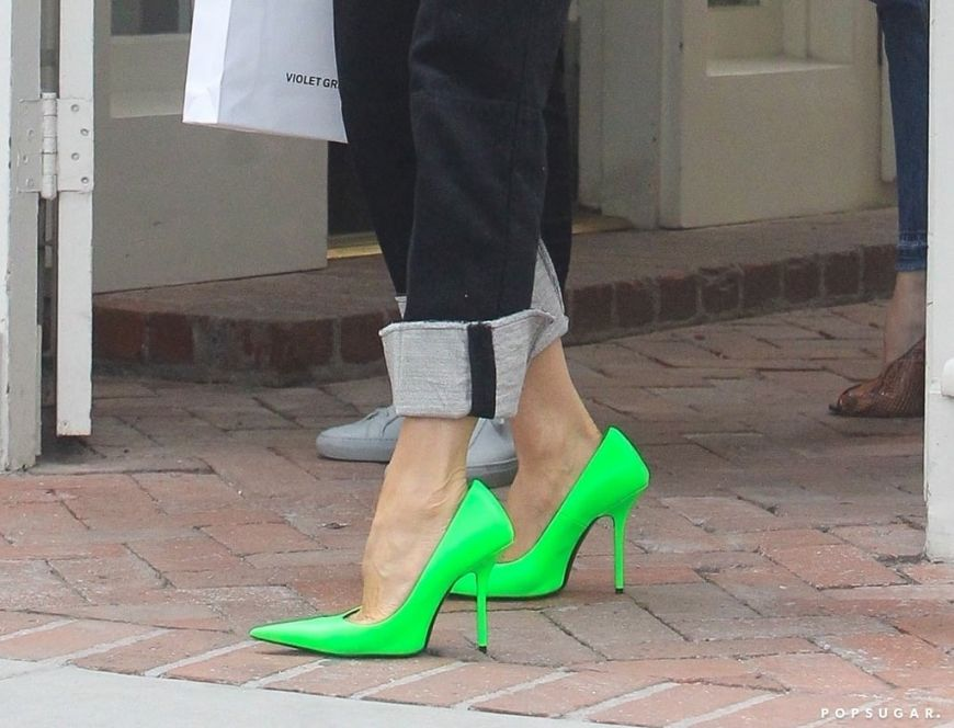 Do it like Beckham: Η Victoria Beckham φοράει μία από τις μεγαλύτερες τάσεις της σεζόν στα παπούτσια και γίνεται έμπνευση. Πάρε ιδέες!
