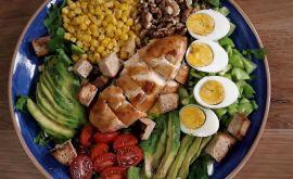 Μία κοτοσαλάτα πλήρες γεύμα από την Εύα Παρακεντάκη