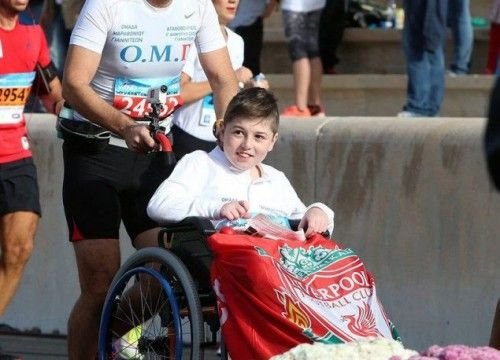 Δάσκαλος από τα Γιαννιτσά έτρεξε στον μαραθώνιο μαζί με μαθητή του σε αναπηρικό αμαξίδιο