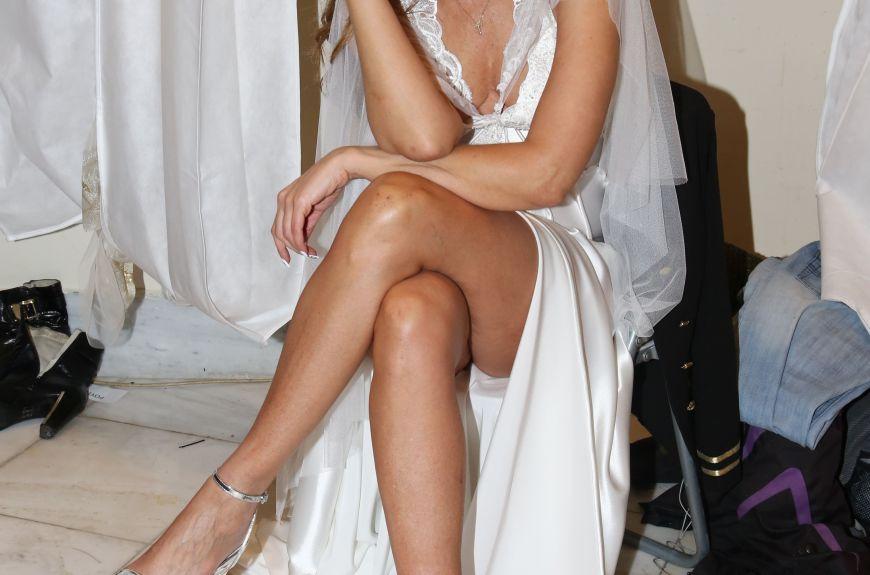 Ποια πασίγνωστη Ελληνίδα διαθέτει αυτό το σώμα στα 50 της και έκανε πασαρέλα φορώντας νυφικό;