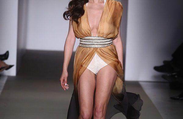 Ποια πολύ γνωστή Ελληνίδα έκανε αυτή την αποκαλυπτική εμφάνιση στην πασαρέλα;