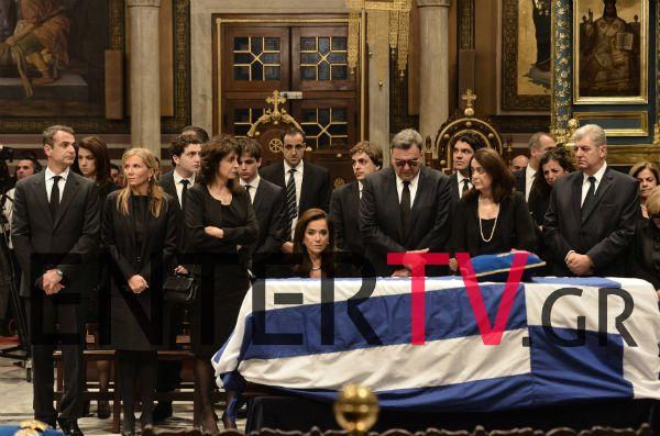 """Συντετριμμένα τα μέλη της οικογενειας του στο τελευταίο """"αντίο"""" στον Κωνσταντίνο Μητσοτάκη (Φωτογραφίες)"""