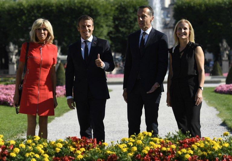"""Το μίνι κόκκινο φόρεμα της Μπριζίτ """"έκλεψε"""" τις εντυπώσεις στην επίσκεψη του ζεύγους Μακρόν στην Αυστρία"""