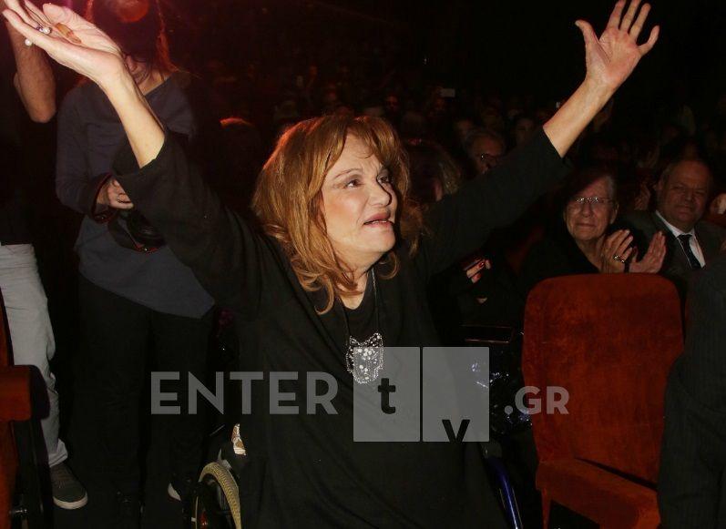 """Η Μαίρη Χρονοπούλου στην παράσταση """"Γοργόνες και μάγκες""""- Η συγκλονιστική στιγμή που σηκώνεται όρθια (Φωτογραφίες)"""