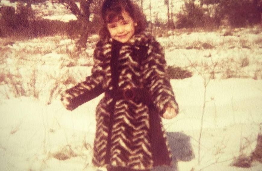 Αναγνωρίζετε το κοριτσάκι της φωτογραφίας; Είναι σήμερα πολύ γνωστή και όμορφη Ελληνίδα ηθοποιός…