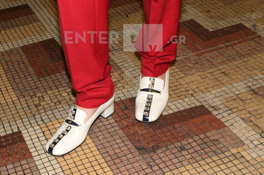 """Πήγε σε θεατρική πρεμιέρα και """"έκλεψε"""" τα βλέμματα με τα παπούτσια του!"""