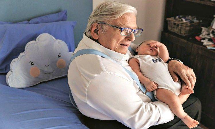 Αλίκη Κατσαβού:  Αποκαλύπτει τι κάνει ο Κώστας Βουτσάς όταν ο γιος τους δεν κοιμάται (Video)