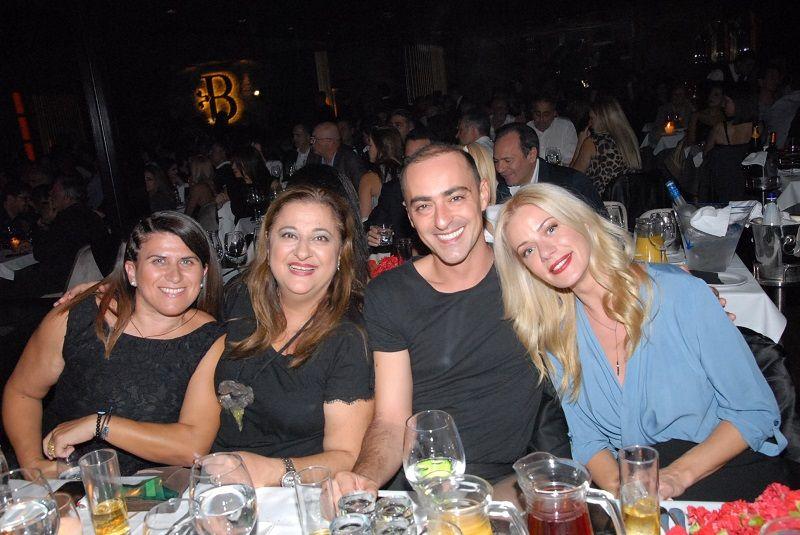 Η Ζέτα Μακρυπούλια πήρε την παρέα της και διασκέδασαν στον Γιάννη Πάριο! (Photos)