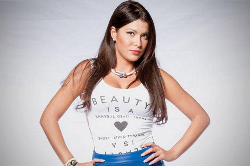 Η Κλέλια Ρένεση  ποζάρει ολόγυμνη και στέλνει ένα συγκλονιστικό  μήνυμα για την γυναικεία κακοποίηση