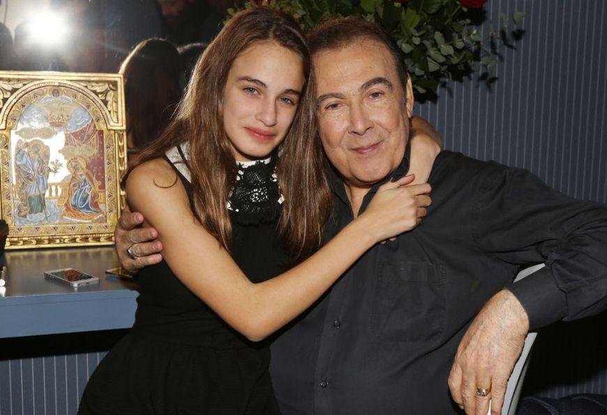 Δείτε τον Τόλη Βοσκόπουλο να στολίζει το χριστουγεννιάτικο δέντρο με την κόρη του, Μαρία