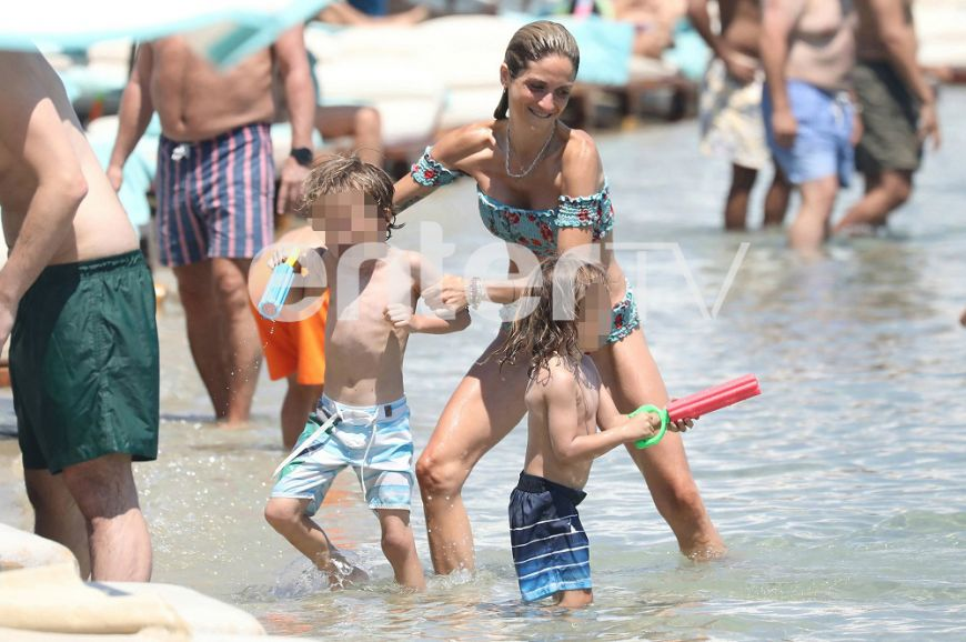 Στη Μύκονο η Σοφία Καρβέλα με τους δυο γιους της! (Photos)