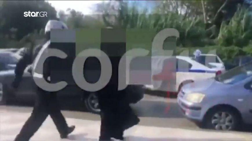 Κέρκυρα: Γιούχαραν ιερέα που κατηγορείται για ασέλγεια 14χρονης