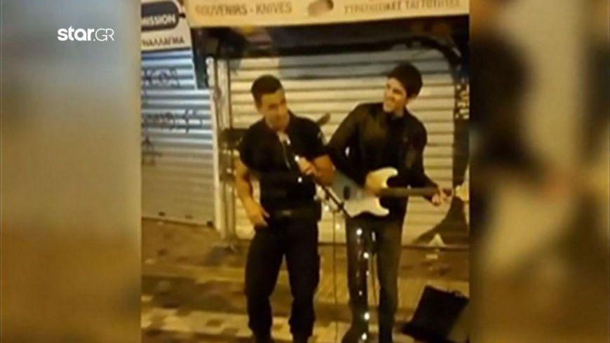 Αστυνομικός πήρε το μικρόφωνο στο Μοναστηράκι κι έγινε viral!