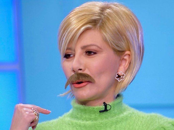 Η  Ζήνα Κουτσελίνη έχει χιούμορ και τολμά! Απάντησε στην πρόκληση του Μουτσινά και εμφανίστηκε με δυο διαφορετικά μουστάκια!