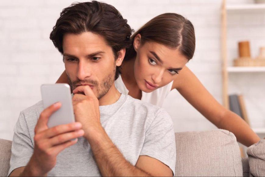 Ζηλεύω παράφορα τον σύντροφό μου. Πού οφείλεται και τί μπορώ να κάνω;