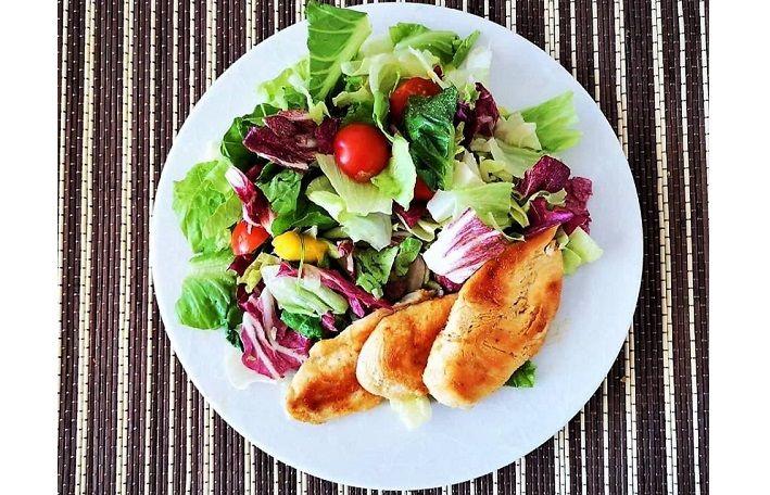 Σαλάτα με γλυκόξινο κοτόπουλο και ginger από την Εύα Παρακεντάκη