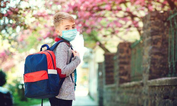 Μάνα για άρνηση μάσκας στο σχολείο: Μαζί με το υπουργείο τα κάναμε τα παιδιά;