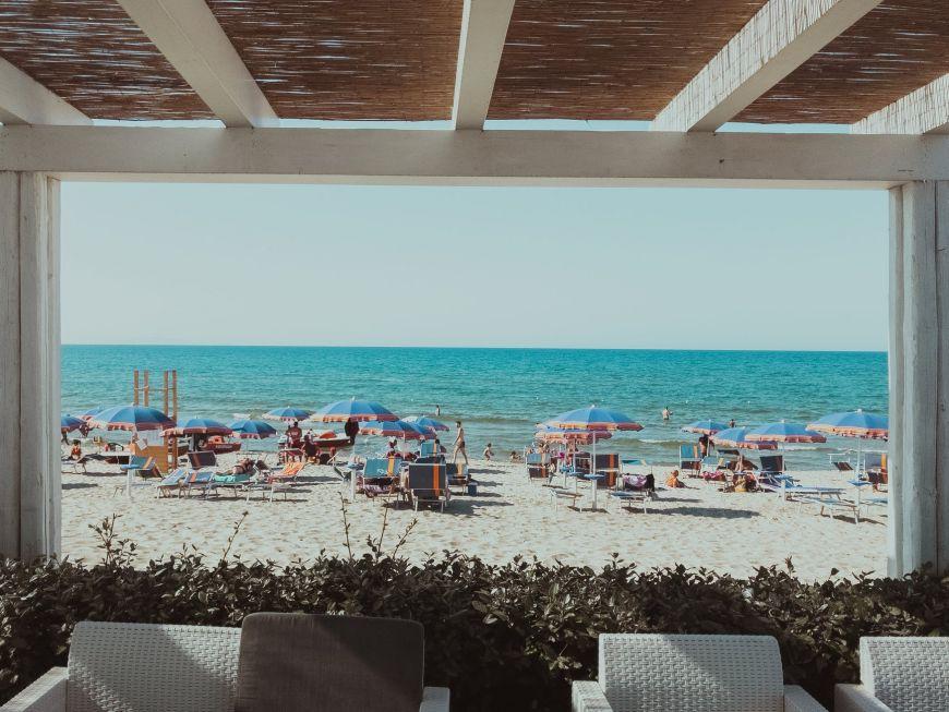 Νέοι κανόνες για τις παραλίες: Επιστρέφει ο καφές, αλλάζουν οι αποστάσεις