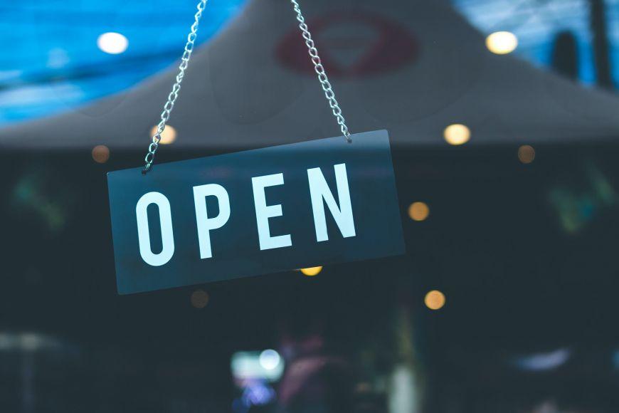 Αγίου Πνεύματος 2020: Τι ισχύει για Δημόσιο, σούπερ μάρκετ, τράπεζες και καταστήματα