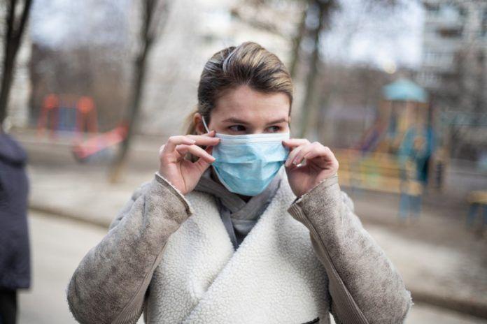 Κορονοϊός: Γιατί όσοι έχουν κάνει εμβόλιο θα πρέπει να συνεχίσουν να φοράνε μάσκα
