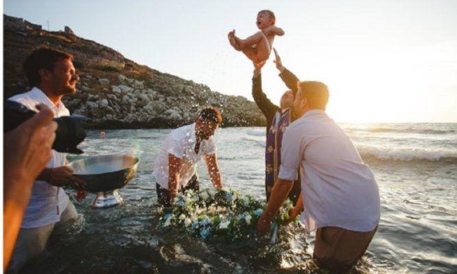 Επιτρέπεται οι γονείς να βαπτίσουν το παιδί τους στη θάλασσα;