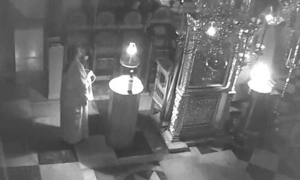 Άγιον Όρος: Συγκλονιστικό βίντεο από τον σεισμό – Οι μοναχοί ψέλνουν ενώ πέφτουν σοφάδες