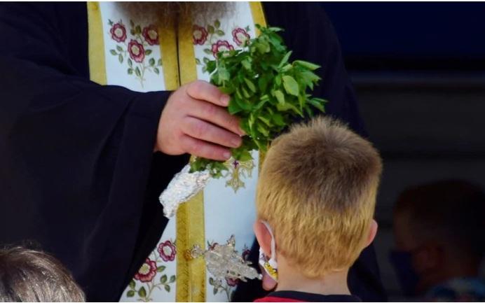 """Προκαλεί ιερέας στην Κοζάνη: """"Βγάλτε όλοι τις μάσκες, ο κορονοϊός δεν κολλάει αν φιλήσεις τον σταυρό"""""""