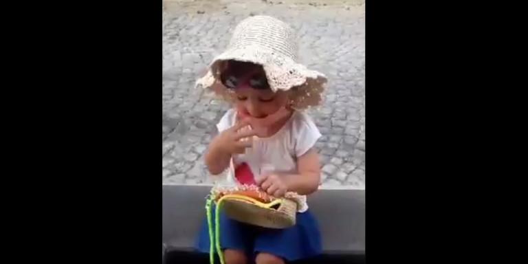 Viral -Αυτό το κοριτσάκι δίνει ένα μάθημα σε όσους δεν φορούν μάσκα -Την βγάζει μόνο για να φορέσει πιπίλα