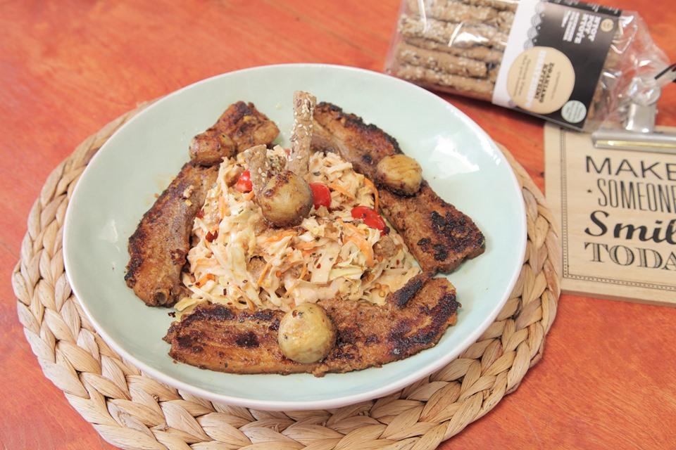 Χοιρινή τηγανιά με μανιτάρια και σαλάτα με κριτσίνια πολύσπορα από τον Παραδοσιακό Φούρνο Ντουρουντούς