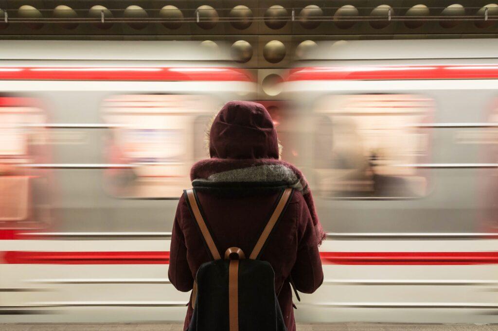 «Θα έπρεπε να ντρέπεσαι»: Αγριοι καβγάδες μεταξύ επιβατών στο μετρό για μάσκες και μέτρα προστασίας