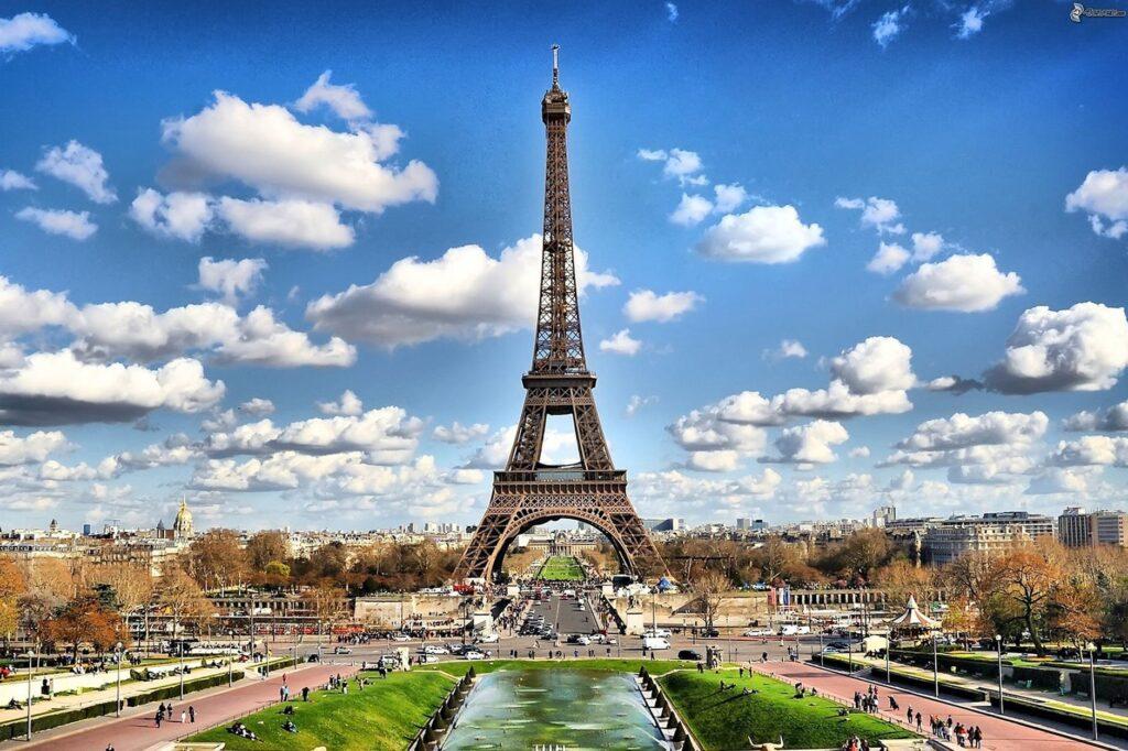 Παρίσι: Εκκενώνεται ο Πύργος του Αϊφελ – «Θα σας ανατινάξω»