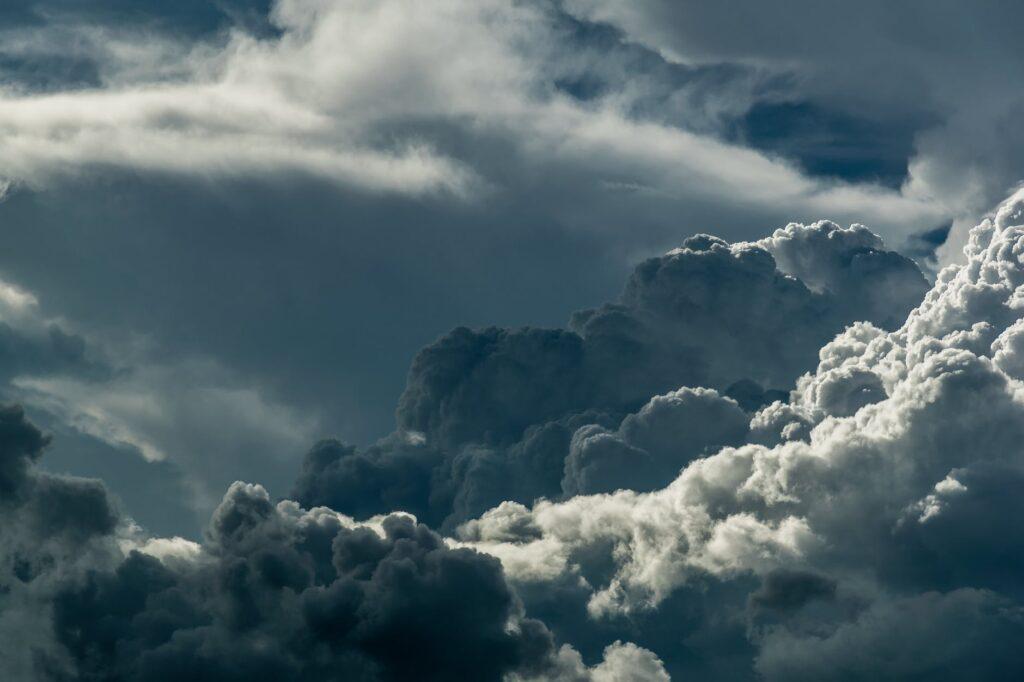 Καιρός: Κακοκαιρία με πτώση της θερμοκρασίας και καταιγίδες – Πού θα είναι έντονα τα φαινόμενα