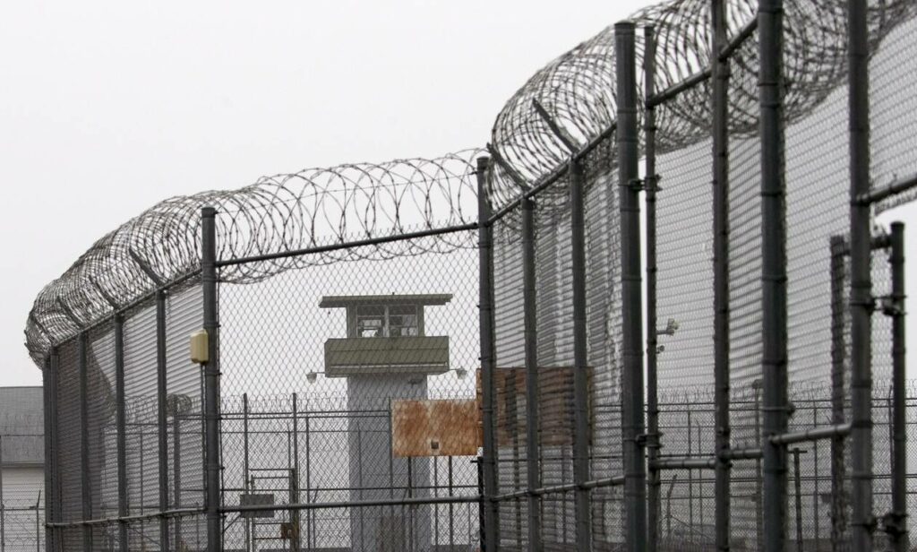Υπάλληλοι φυλακών τιμωρούσαν κρατουμένους με παιδικό τραγούδι – Κατηγορούνται για σκληρότητα!