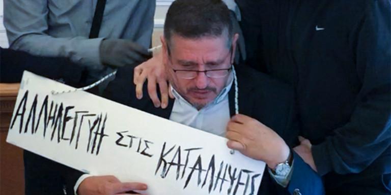 Θύελλα αντιδράσεων για τον προπηλακισμό του πρύτανη της ΑΣΟΕΕ από αναρχικούς -Του πέρασαν ταμπέλα στον λαιμό