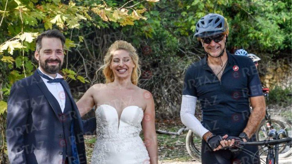 Κυριάκος Μητσοτάκης: Η συνάντηση του με ζευγάρι νεόνυμφων την ώρα που έκανε ποδήλατο και οι κοινές τους φωτογραφίες