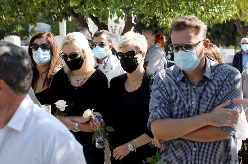 Με δάκρυα και τριαντάφυλλα αποχαιρέτησαν τον Κώστα Μπατή η οικογένεια και οι φίλοι του
