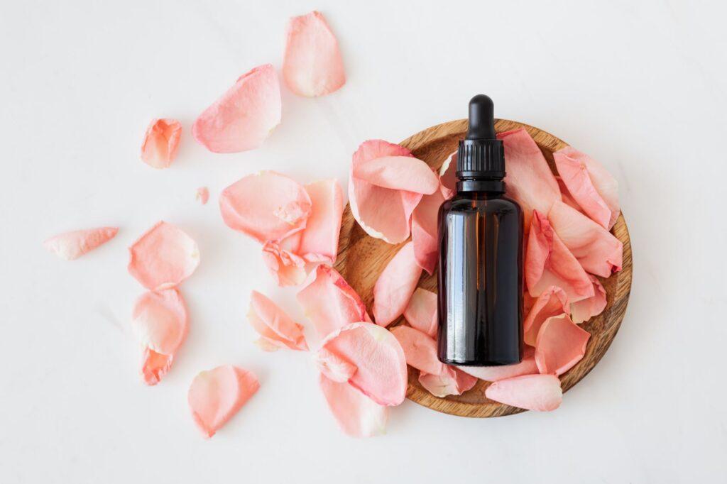 Έλαια ομορφιάς: Πού να βάλεις αμυγδαλέλαιο και πού καστορέλαιο; Ντεμακιγιάζ κι άλλοι 8 τρόποι να χρησιμοποιήσεις τα λάδια