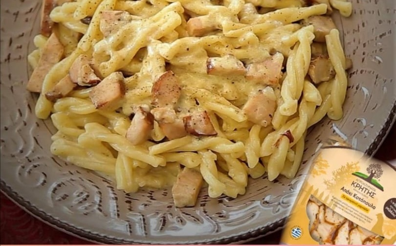 Πλεξουδάκια με απάκι κοτόπουλο από τα Αγροκτήματα Κρήτης, σαν καρμπονάρα! (Video)