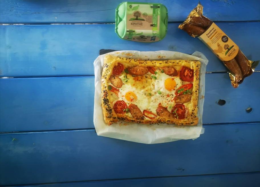 Ανοιχτή Πίτα με αυγά και λουκάνικο γεμιστό με γραβιέρα από τα Αγροκτήματα Κρήτης Μανωλιτσάκης και την Εύα Παρακεντάκη