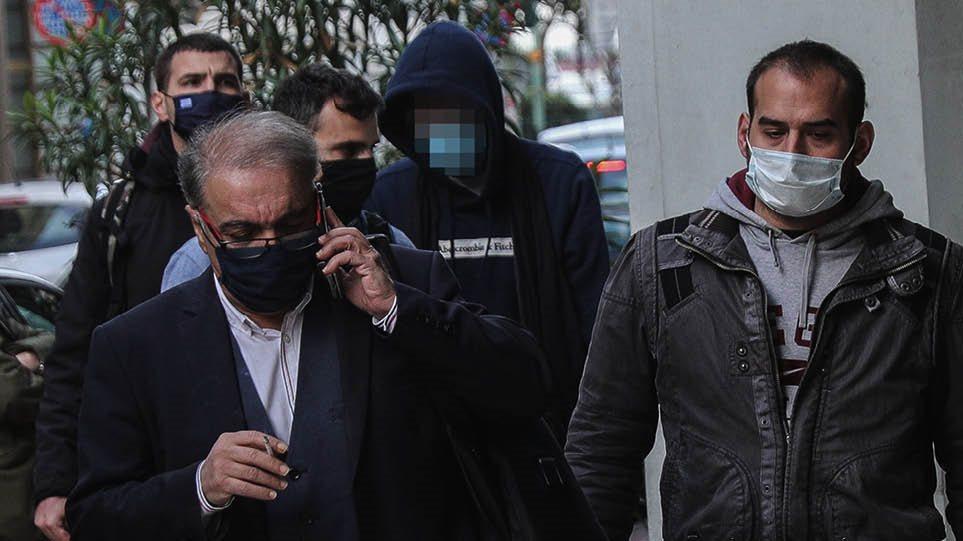 Έγκλημα στις Σπέτσες: Με σκυμμένο το κεφάλι στον εισαγγελέα ο 22χρονος