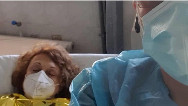Κορονοϊός: Η συγκινητική ανάρτηση του γιατρού του ΑΧΕΠΑ με ασθενή τη μητέρα του: Είναι η μητέρα μου και δίνει τη δική της μάχη…