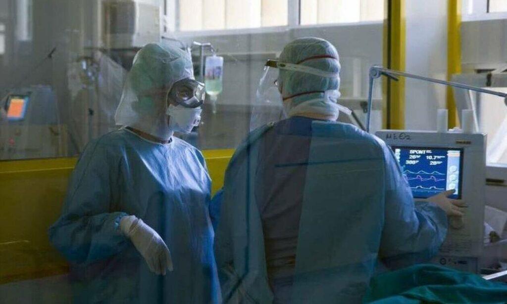Καταγγελία νοσηλευτών στη Θεσσαλονίκη: Πλένουμε τις στολές μας στο σπίτι μας, τις αγοράζουμε μόνοι μας