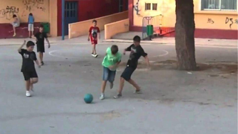 Λακωνία: Συνέλαβαν ανήλικα παιδιά επειδή έπαιζαν μπάλα στο χωριό!